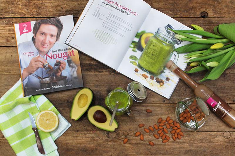 Kochbuch aufgeschlagen, Rezept Avocadolady mit Zutaten auf Tischplatte