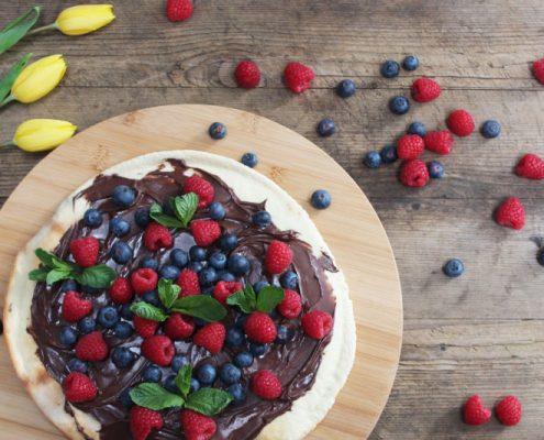 Süßer Nougat-Flammkuchen mit frischen Beeren