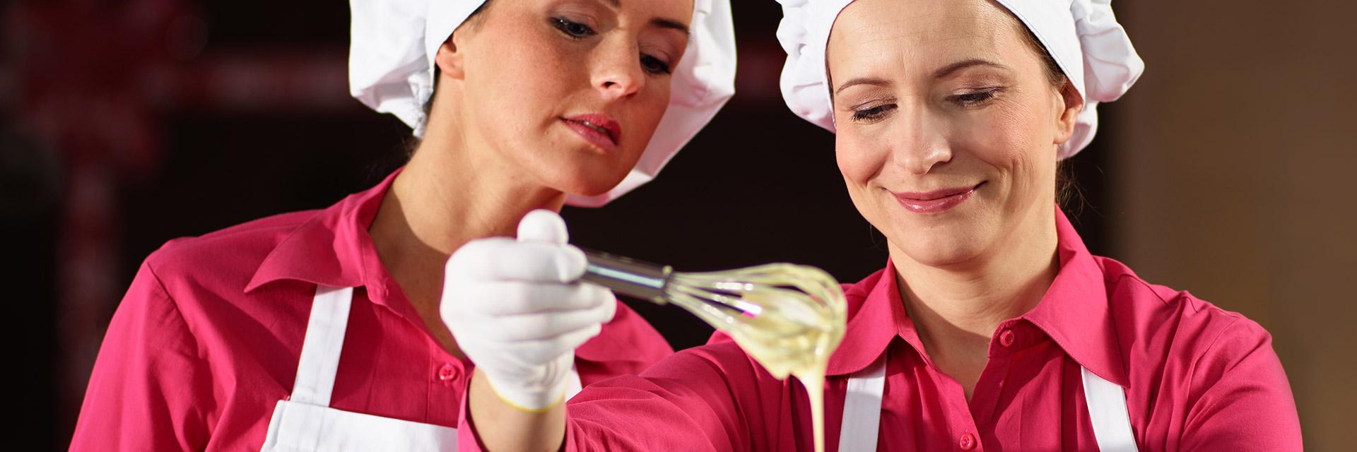 Confiseurinnen backen nach altbewährten Rezept