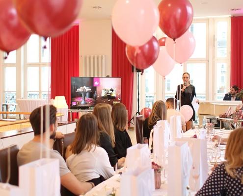 Claudia Czerjak begrüßt geladene Blogger