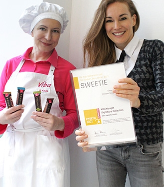 Beatrix Kolbe und Claudia Czerjak freuen sich über den SWEETIE Award 2021 für die neue Viba Nougat Signature Collection