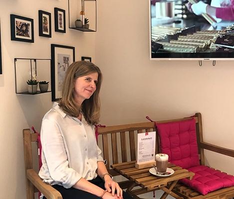 Geschäftsführerin Corinna Wartenberg sitzt in der gemütlichen Sitzecke des neuen Viba Shops