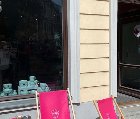 """Loungestühle von Viba stehen vor dem Laden """"Berliner Jenuss-Ecke"""""""