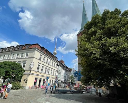 Blick auf die Berliner Jenuss-Ecke im Nikolaiviertel, im Hintergrund ist der Berliner Fernsehturm zu sehen.