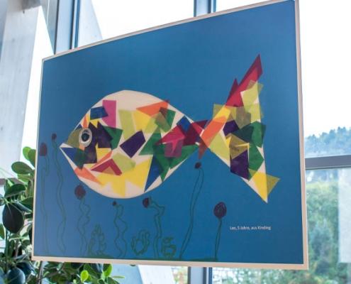 Bild mit gebastelten Fisch auf A0 vergrößert